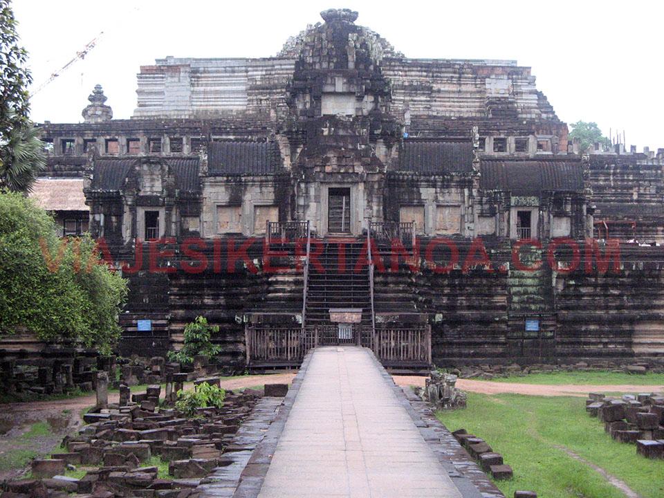 El templo Baphuon en las ruinas de Angkor en Siem Reap, Camboya.