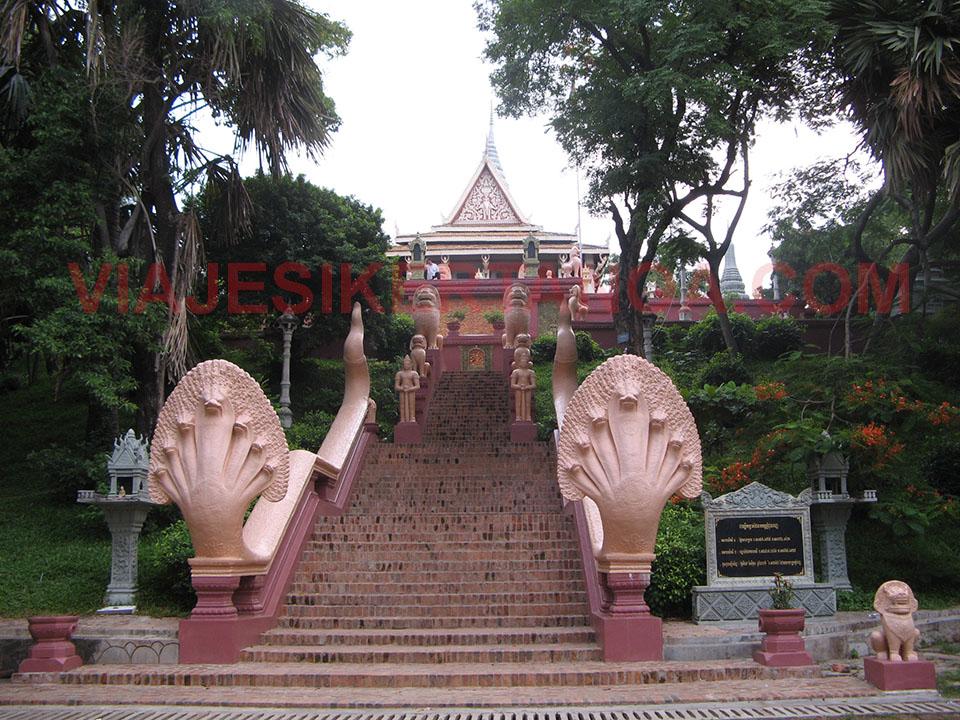 El Wat Phnom custodiado por dos Nagas a su entrada en Phnom Penh, Camboya.