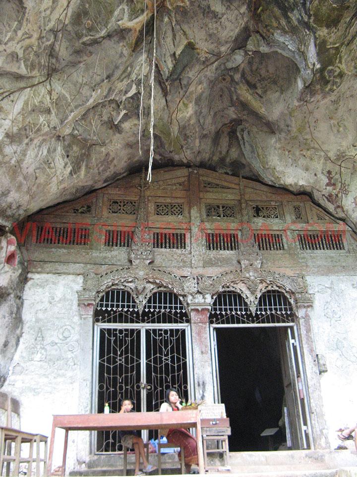 Entrada a la cueva de Tham Phum en Luang Prabang, Laos.