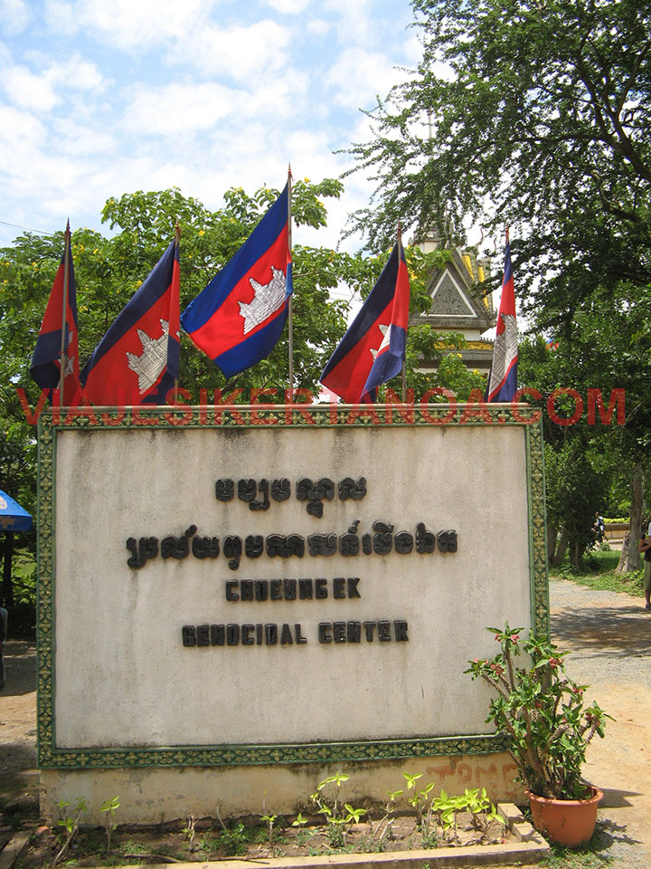 Entrada al campo de exterminio de Choeung Ek en Phnom Penh, Camboya.