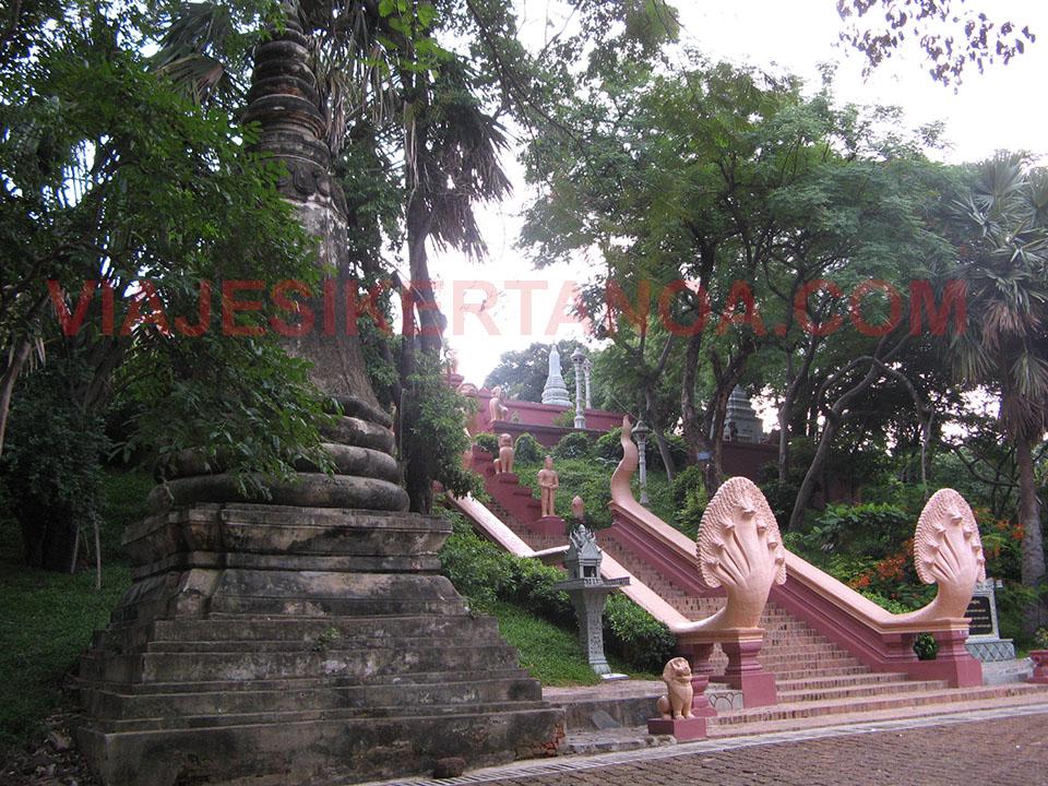 Entrada al Wat Phnom en Phnom Penh, Camboya.