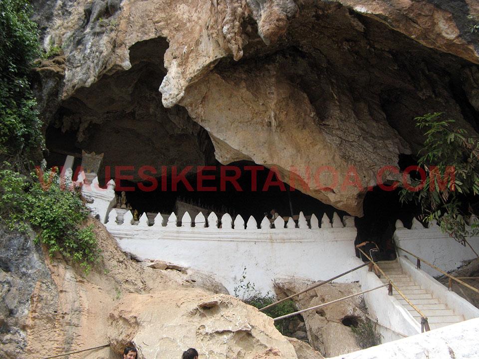 Escaleras de acceso a las cuevas de Pak Ou en Luang Prabang, Laos.