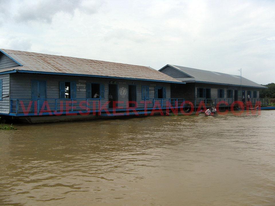 Escuela en medio del río Sangker en Camboya.