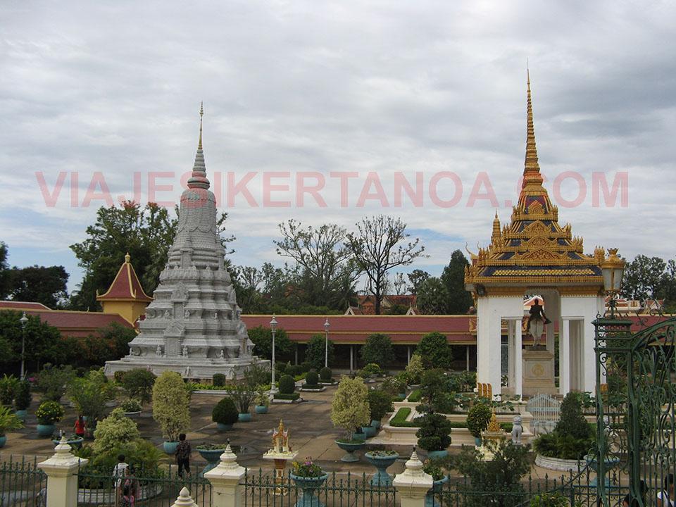 Estatua y estupa del Rey Norodom en el Palacio Real de Phnom Penh en Camboya.