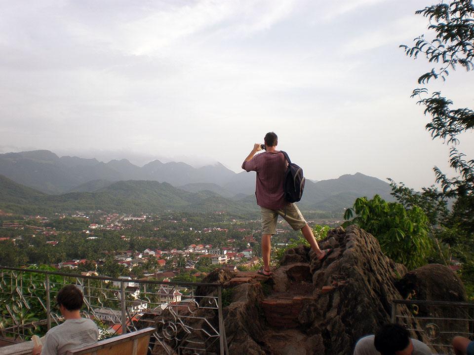 Fotografiando el paisaje de Luang Prabang desde la colina de Phu Si, Laos.