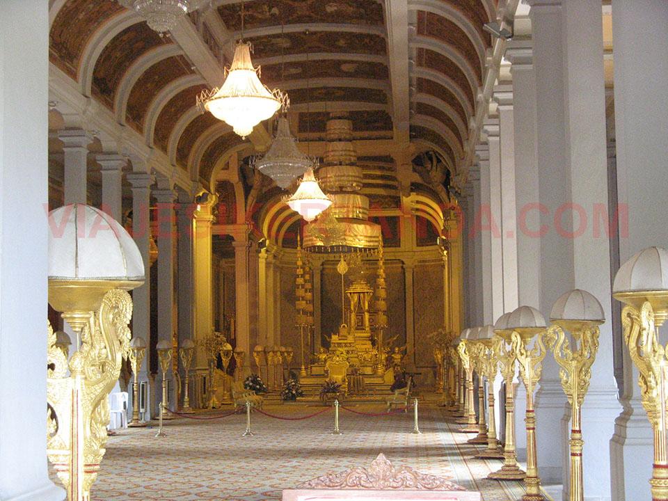 Interior de uno de los templos del Palacio Real en Phnom Penh en Camboya.