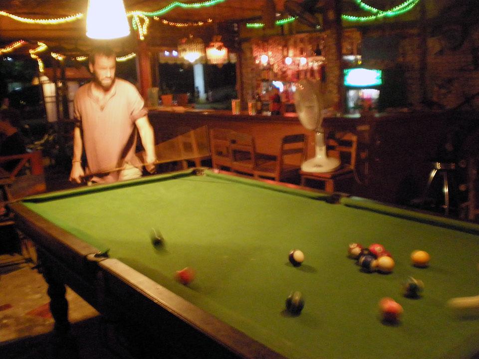 Jugando al billar en un bar de Vang Vieng en Laos.