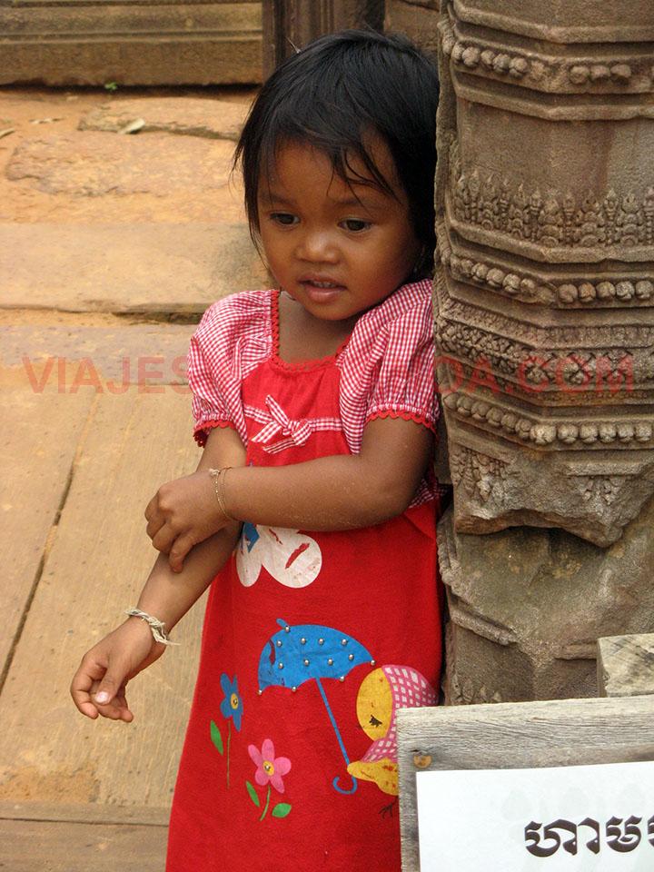 La dueña de la rana mascota en los templos de Angkor en Siem Reap, Camboya.