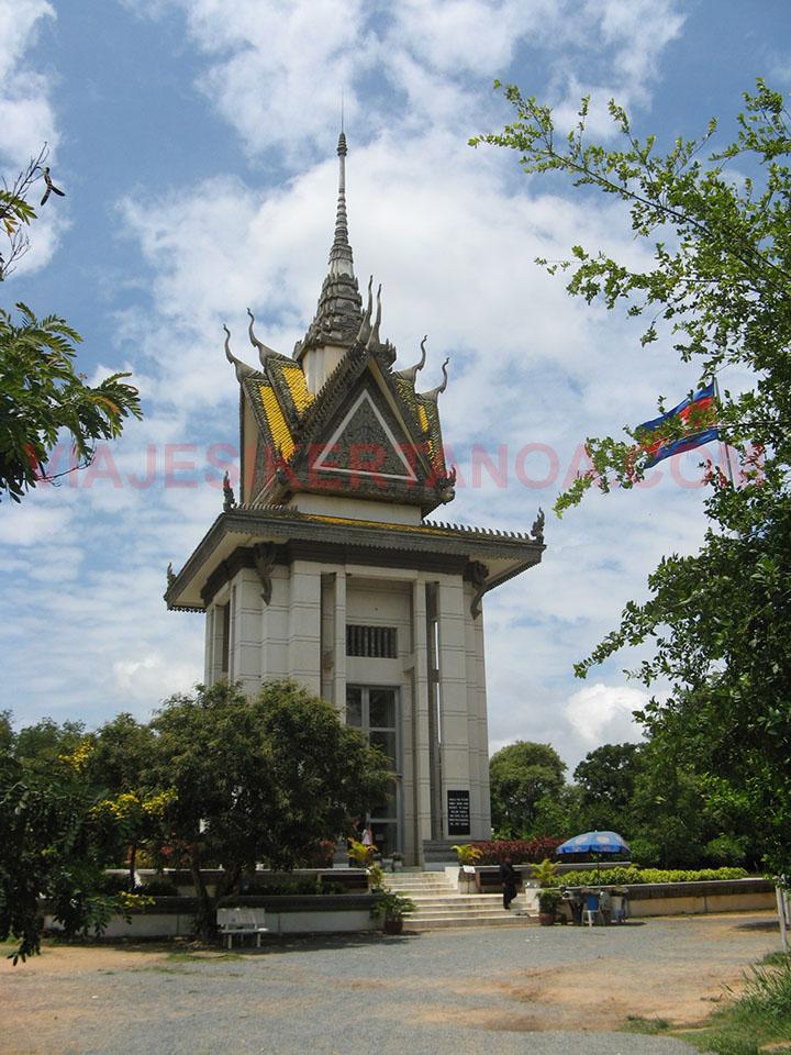 La estupa con los cráneos de los torturados en su interior en el campo de la muerte de Choeung Ek en Phnom Penh, Camboya.