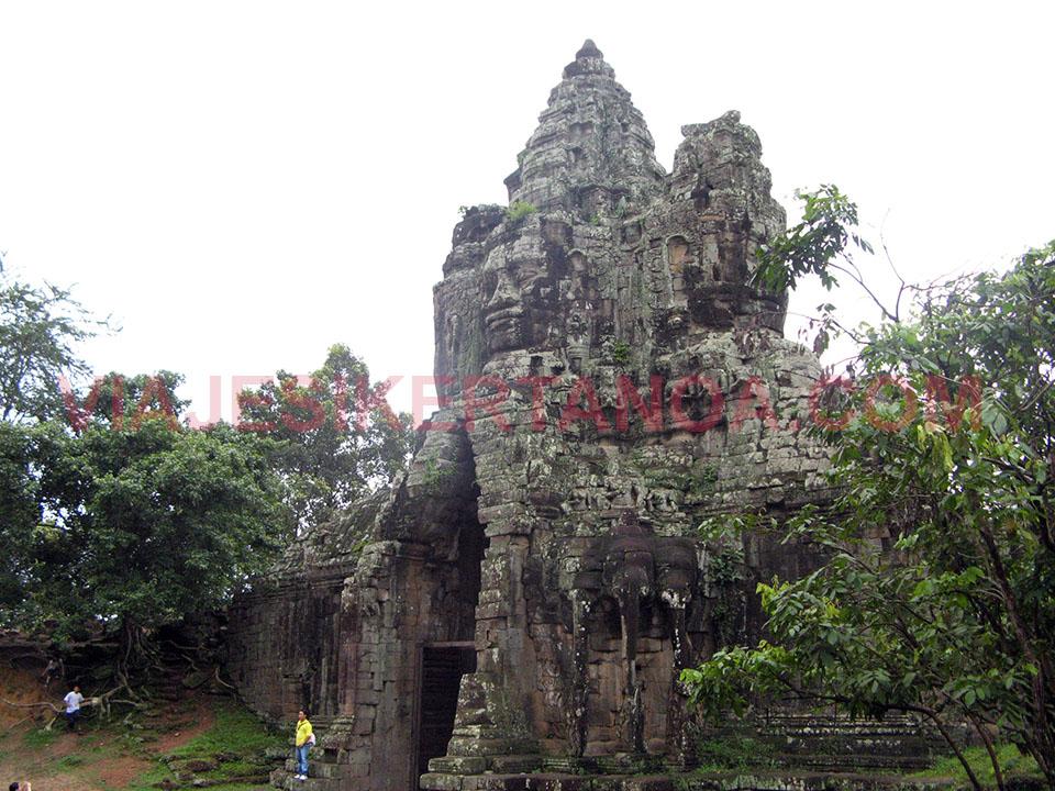 Puerta sur del Angkor Thom en Siem Reap, Camboya.
