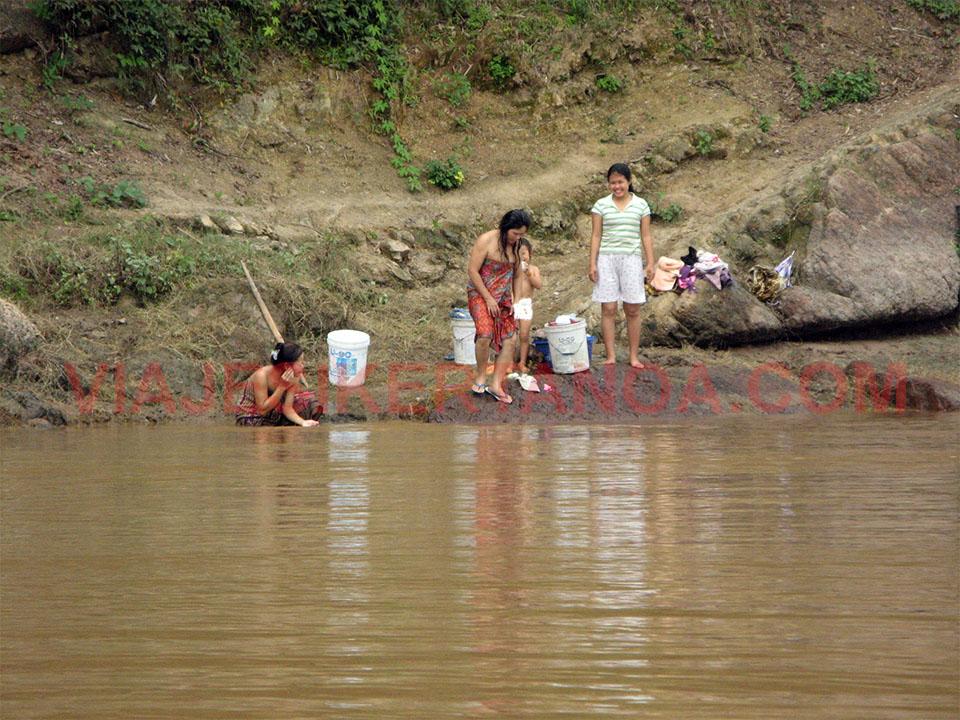 Aseándose a orillas del Mekong en Luang Prabang, Laos.