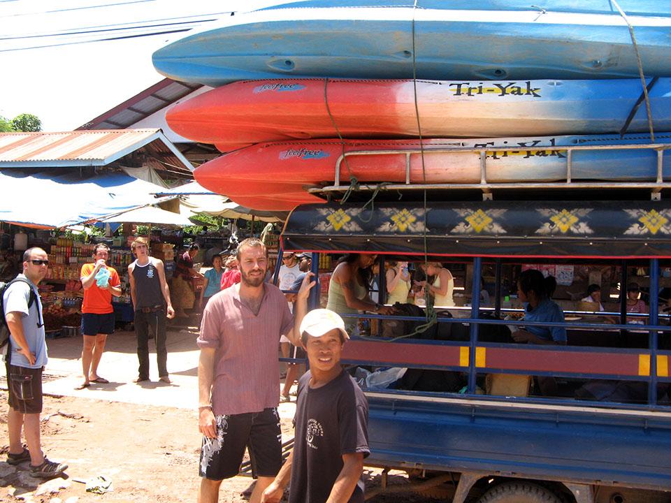 Los kayaks para hacer el descenso del río desde Vang Vieng hasta Vientián, Laos.