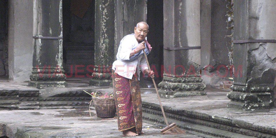 Un hombre barriendo el templo de Angkor Wat en Siem Reap, Camboya.