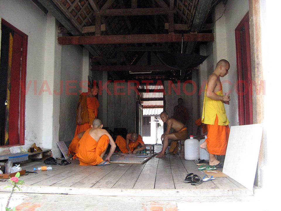 Monjes trabajando en un templo de Luang Prabang, Laos.