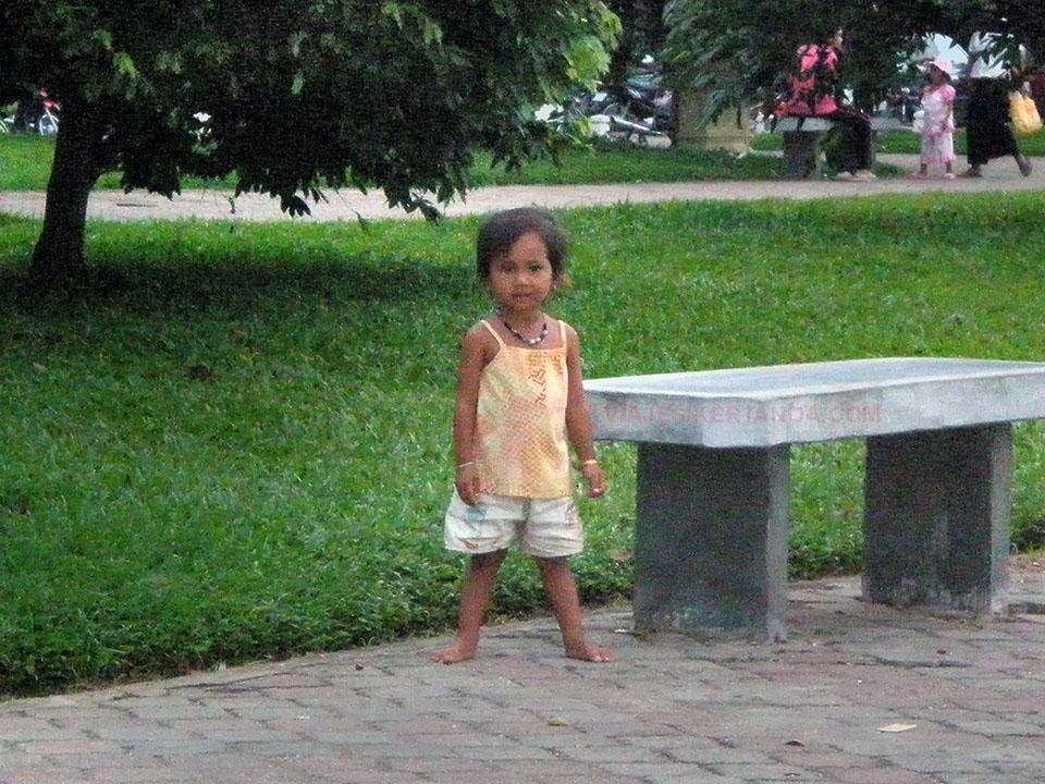 Niña jugando al lado del Palacio Real en Phnom Penh, Camboya.