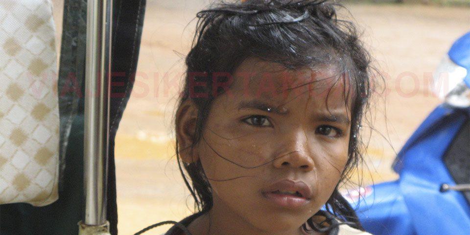 Niña en los Killing Fields de Choeung Ek a las afueras de Phnom Penh en Camboya.