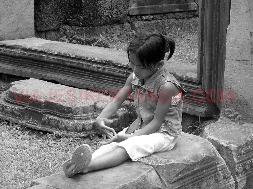 Niña jugando en los templos de Angkor en Siem Reap,, Camboya.