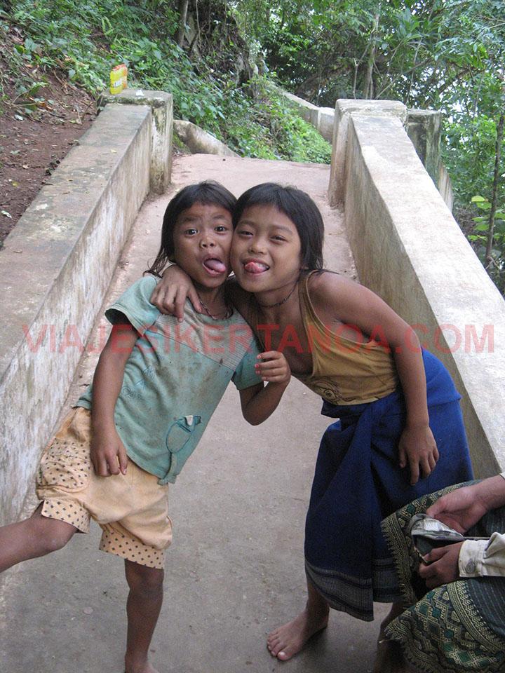 Niñas riendo en las cuevas de Pak Ou en Luang Prabang, Laos.