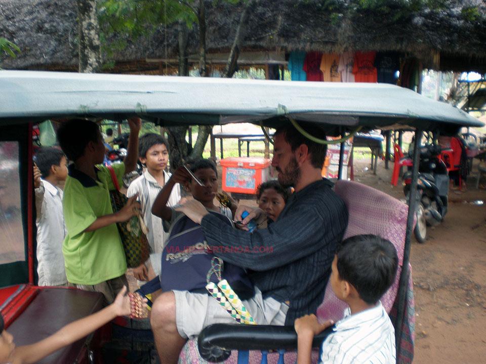 Niños vendiendo y pidiendo en las ruiinas de los Templos de Angkor en Siem Reap, Camboya.