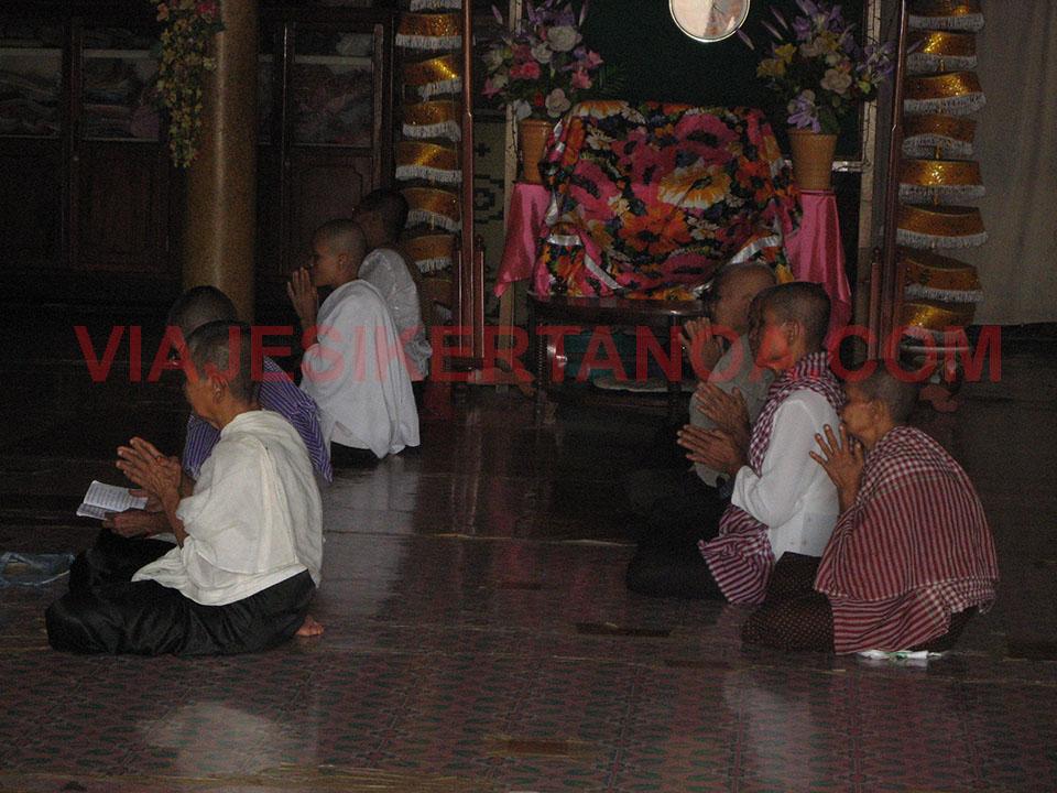Orando en el templo de Wat Tahm Rai Saw en Battambang, Camboya.