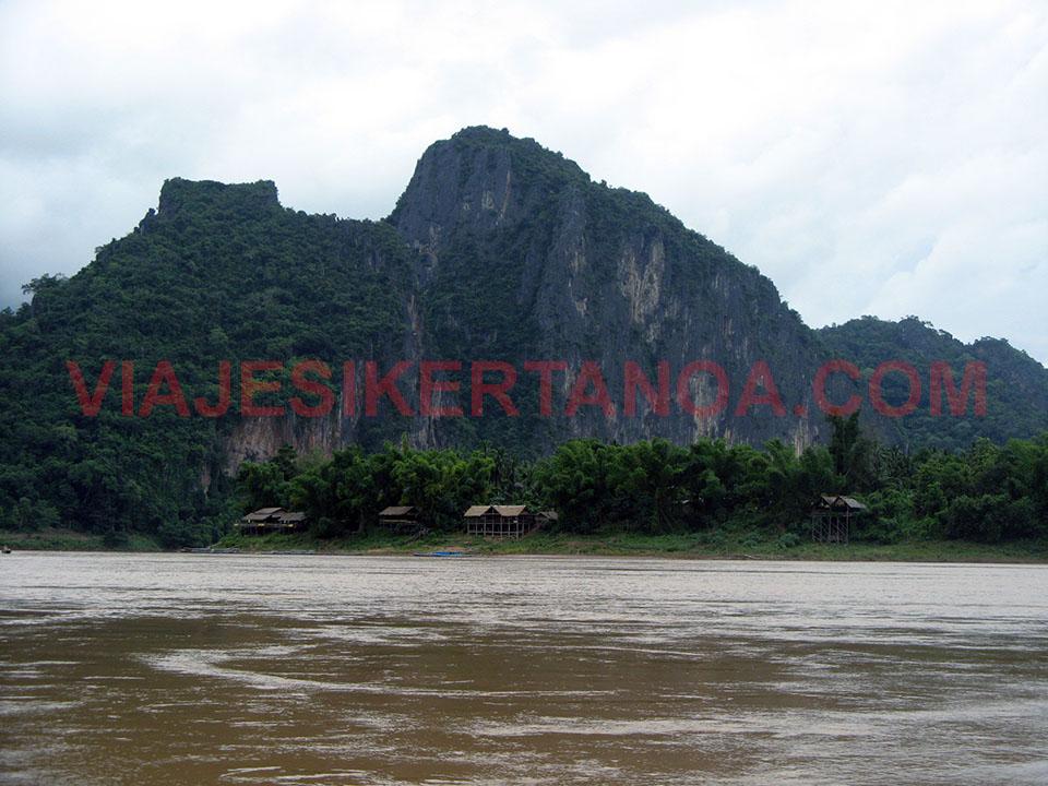 Paisajes por el río Mekong camino de las cuevas de Pak Ou en Luang Prabang, Laos.