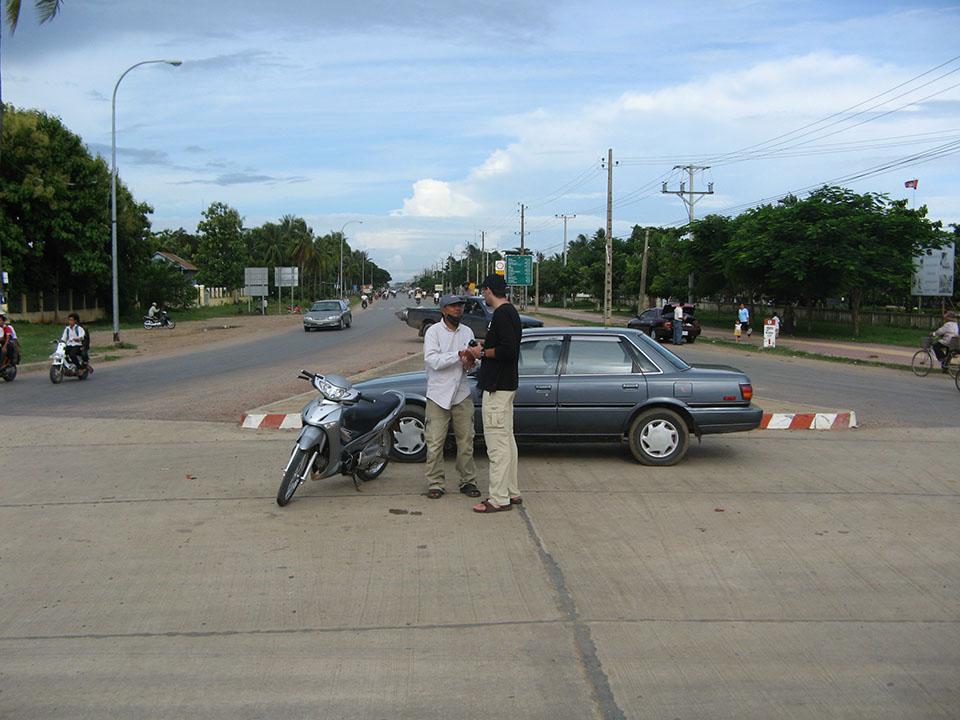 Parándose en medio de la carretera para saludarnos en Battambang, Camboya.