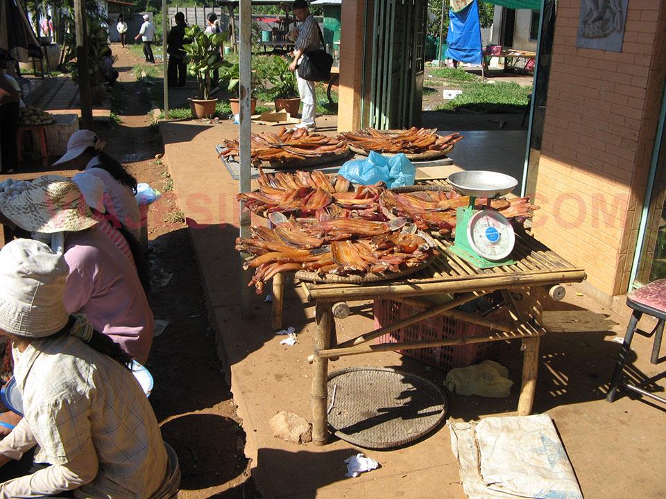 Pescado secando al sol en el mercado de Skuon en Camboya.