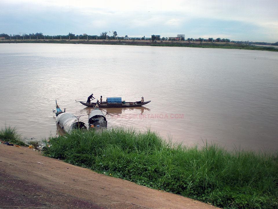 Pescadores en el río Tonle Sap a su paso por Phnom Penh en Camboya.