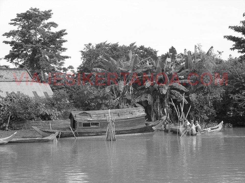 Pescando en el río Sangker en Camboya.