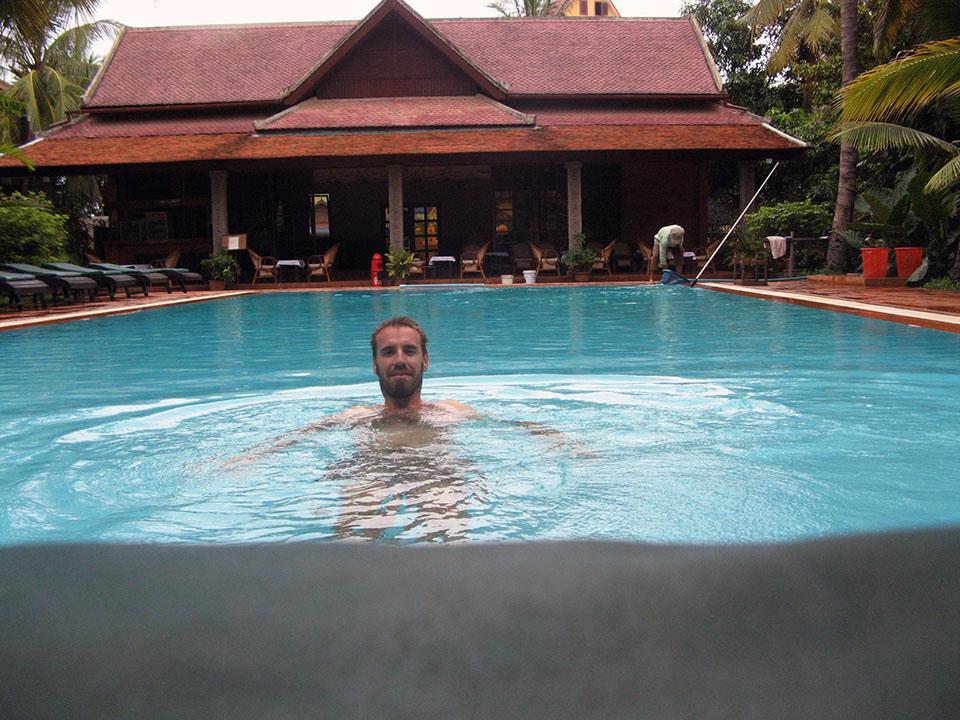 La piscina del hotel Neak Pean en Siem Reap, Camboya.