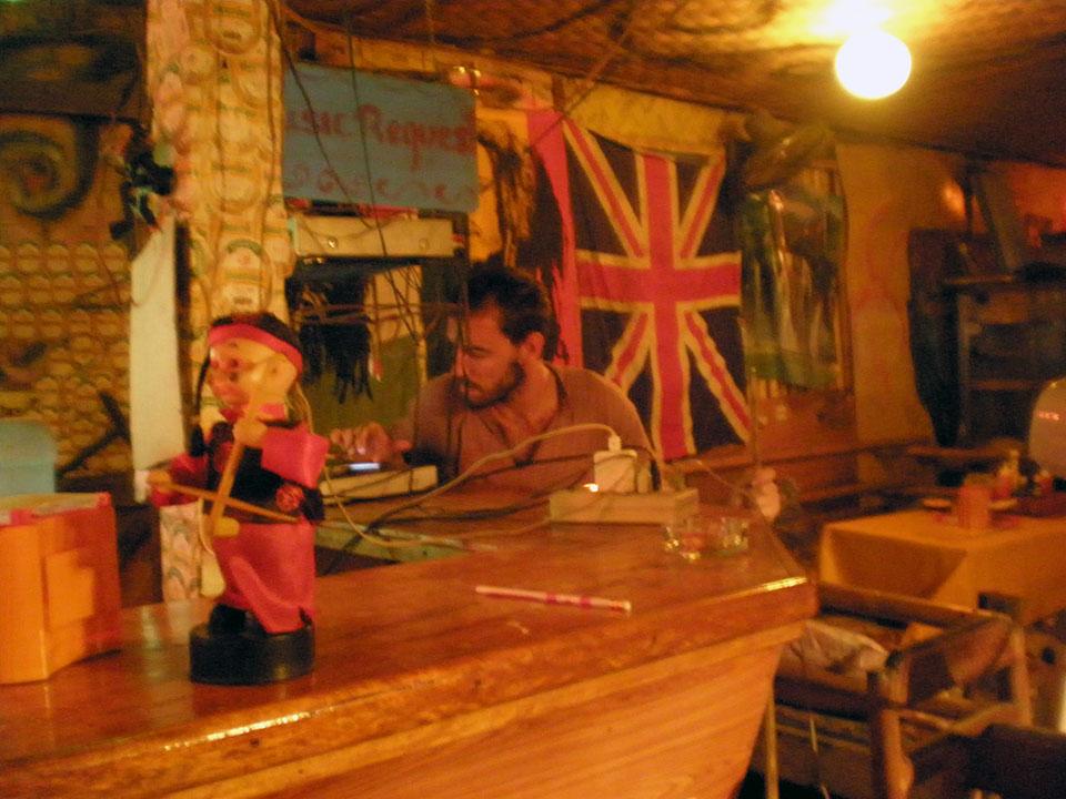 Poniendo música en un bar de Vang Vieng en Laos.