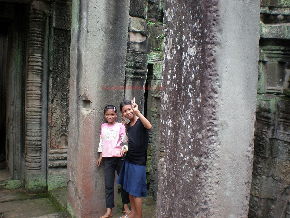 Posando para la foto en los templos de Angkor en Siem Reap, Camboya.