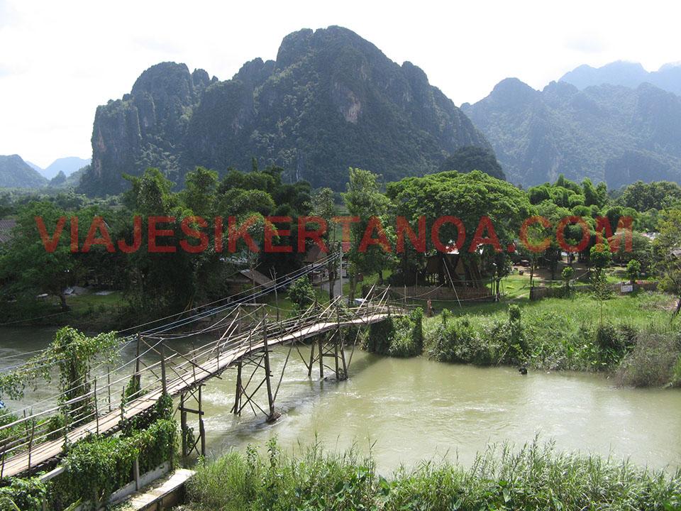 Puente de madera para atravesar el río Song en Vang Vieng, Laos.