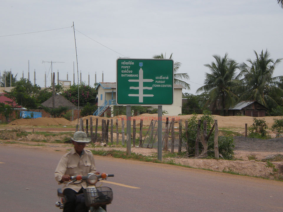 Cartel indicativo de la dirección hacia Battambang, Camboya.