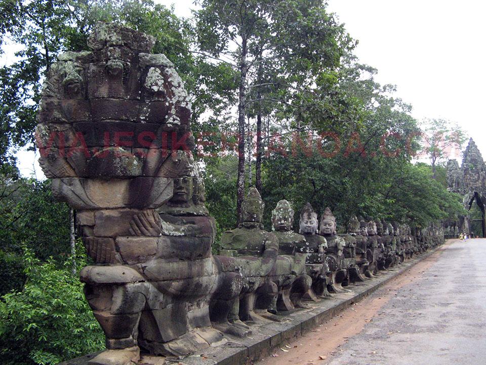 Serpiente que da acceso a la puerta sur del Angkor Thom en Siem Reap, Camboya.