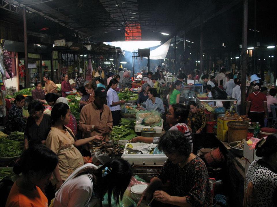 Interior del mercado Toul Tom Poung en Phnom Penh, Camboya.