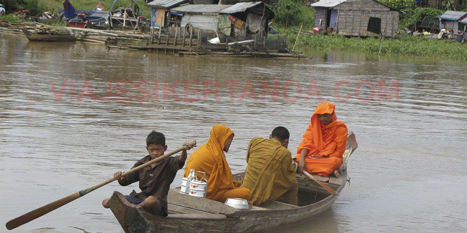 Transportando a los monjes de una orilla a otra del río Sangker en Camboya.