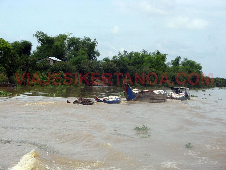 Transporte por el río Sangker en Camboya.