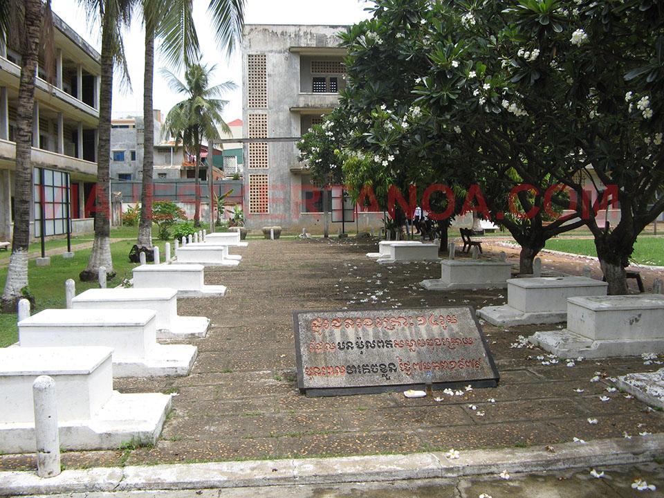 Tumbas conmemorativas de los últimos muertos en la prisión de Tuol Sleng en Phnom Penh, Camboya.