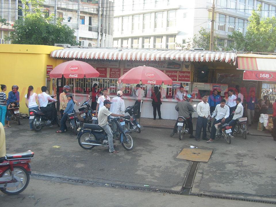 Ventanilla para los billetes de autobús en Phnom Penh, Camboya.