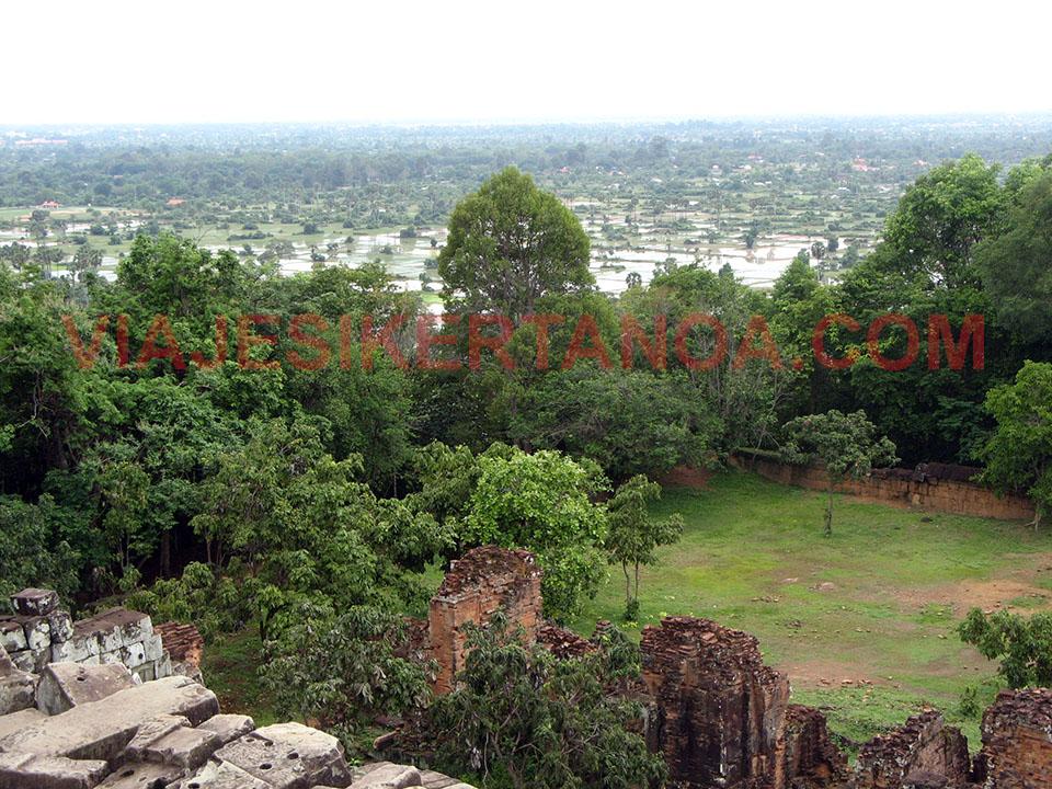 Vistas desde el templo Phnom Bakheng en las ruinas de Angkor en Siem Reap, Camboya.