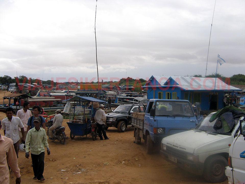 Zona de transportes en el muelle de Siem Reap, Camboya.