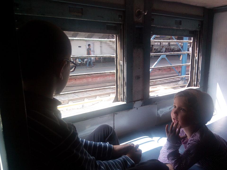 Dentro del tren de Nueva Delhi a Agra en la India.