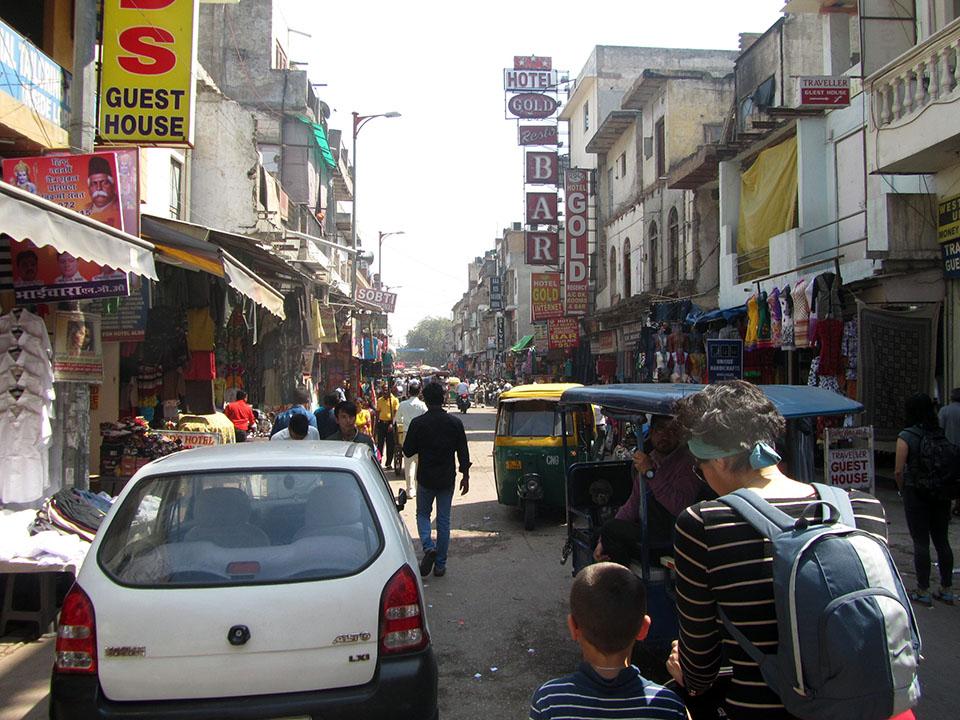 Paseando por Nueva Delhi en la zona de Paharganj, India.