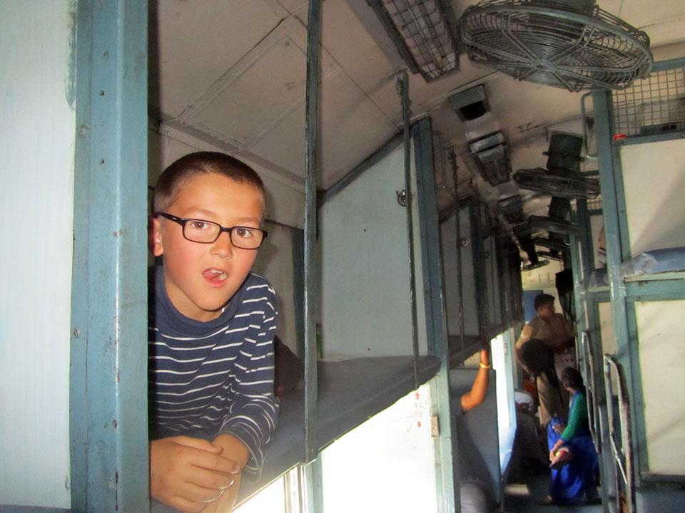 Tumbado en las literas del tren a Agra.