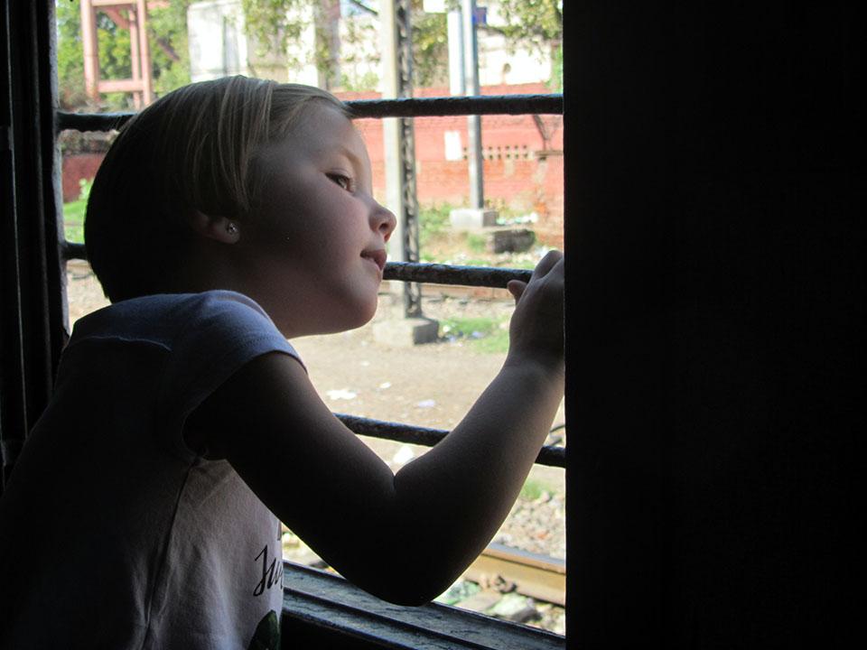 Viendo la vida pasar en el tren a Agra, India.