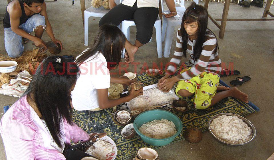 Cocinando coco en la isla de Koh Rong en Camboya.