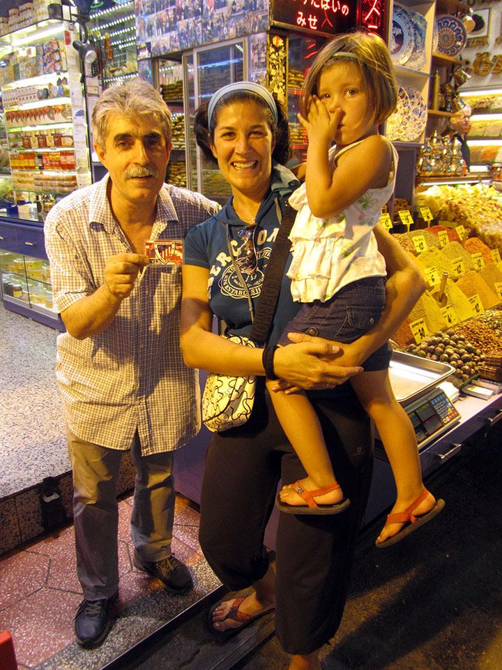 Aficionado del Athletic en el Bazar de las Especias en Estambul, Turquía.