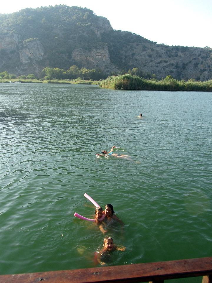Baño en el río Dalyan en Turquía.