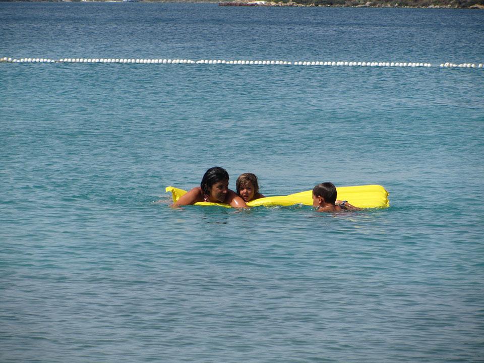 Baño en una cala en la Península de Bodrum en Turquía